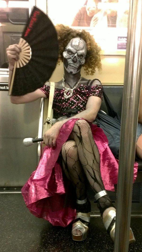 парень в маске и платье