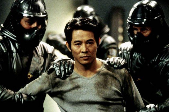 Джет Ли в серой футболке - кадр из фильма