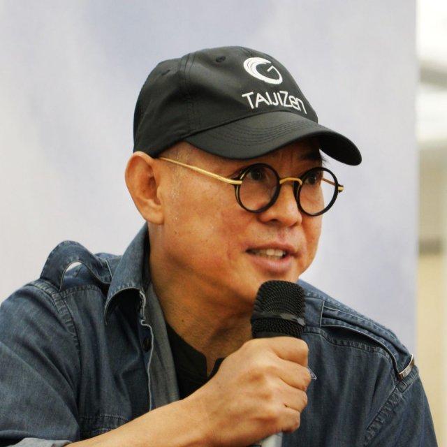 Джет Ли в очках и кепке