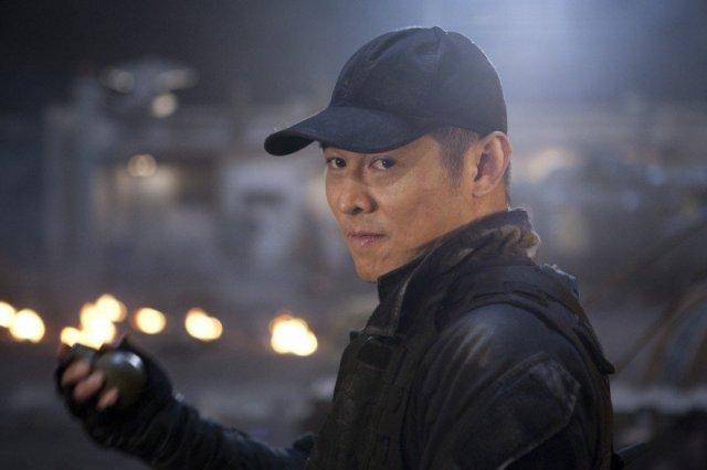 Джет Ли в кепке и черной куртке