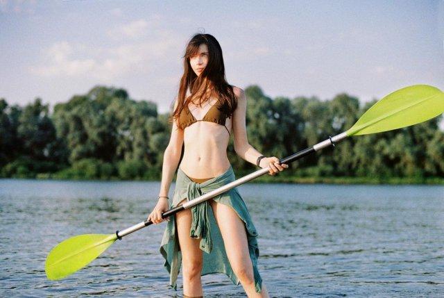 Наташа Шелягина - горячая стримерша и замена Wylsacom в коричневом купальнике