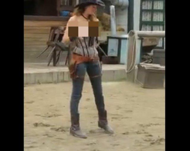 Стройная девушка мастерски управляется с револьверами