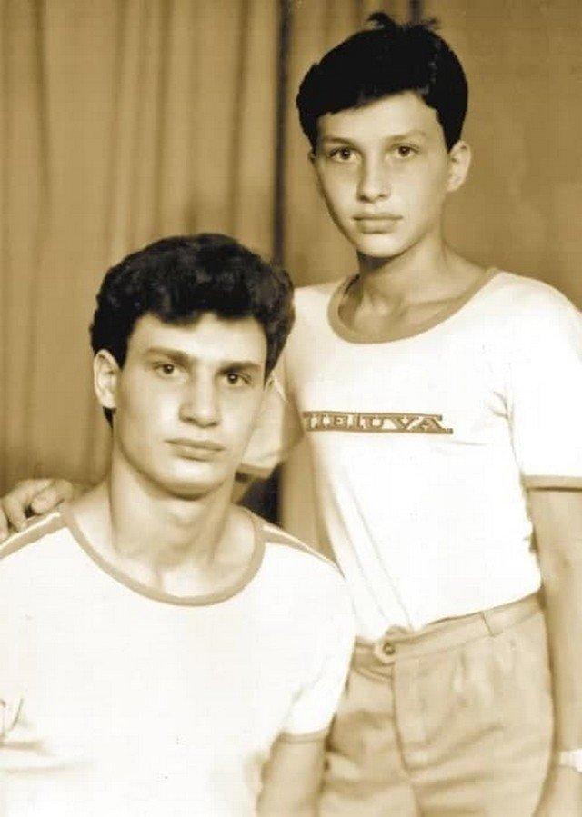 Бpaтья Виталий и Влaдимир Кличко в детстве. Кaзахстан. 1980-e