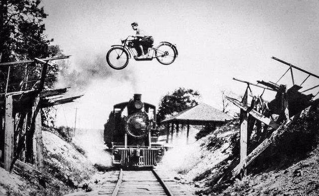 Экстремальный прыжок на мотоцикле, 1922 год.