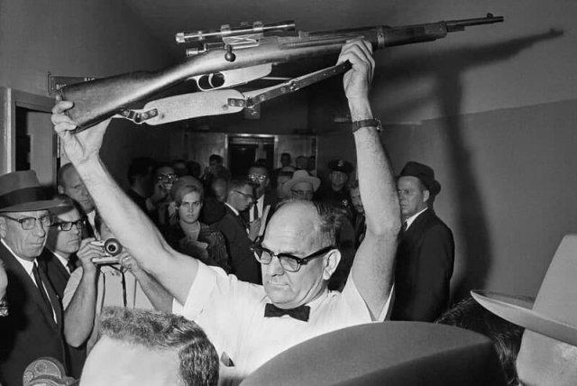 Полицейский Далласа держит винтовку, из которой, по версии следствия, был убит Джон Кеннеди. 1963 год