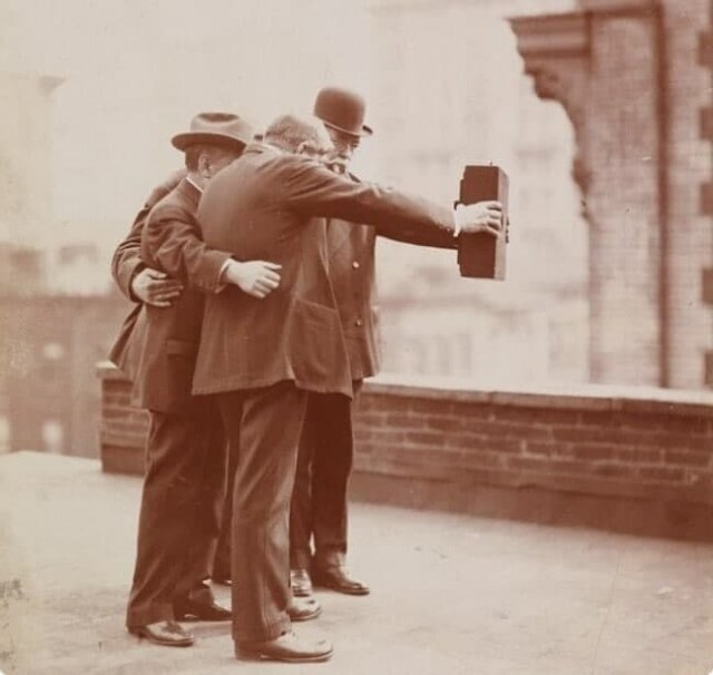 Первое групповое селфи в 1920-м