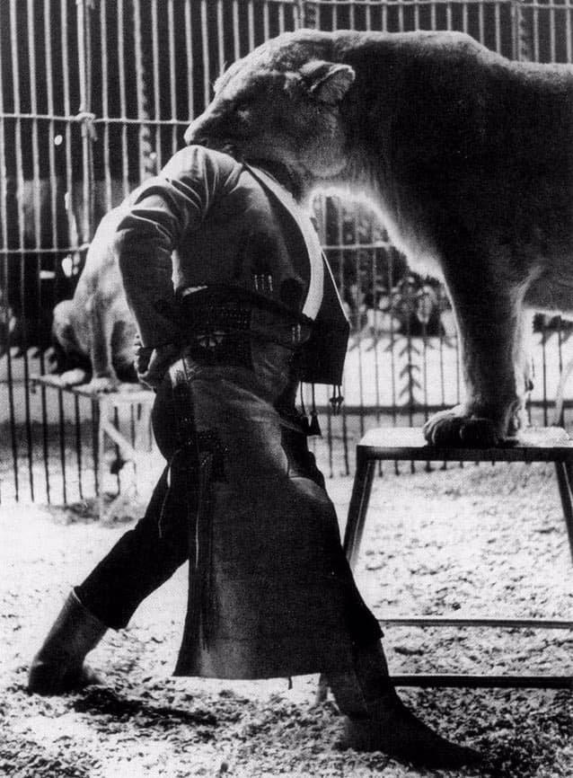 Цирковой дрессировщик Пабло Ноэль во время исполнения номера, Испания, 1962 год.