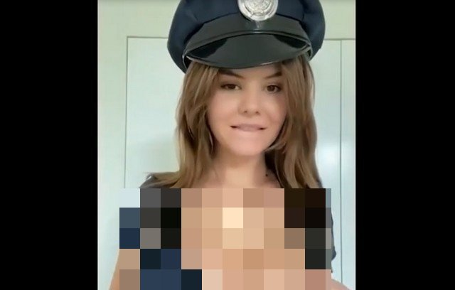 Девушка в костюме полицейского