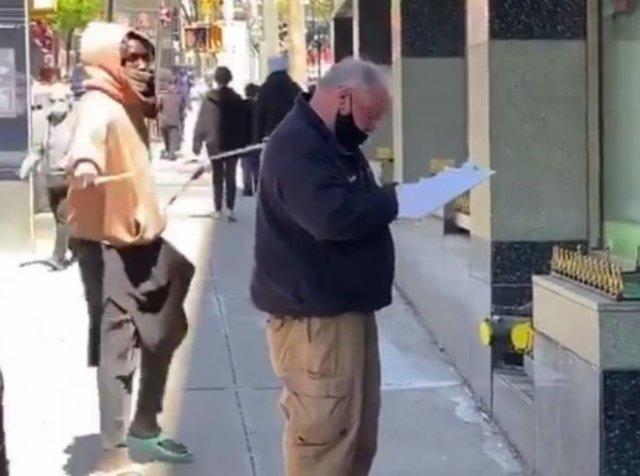 В Нью-Йорке активист BLM подкрался со спины к полицейскому и ударил его палкой