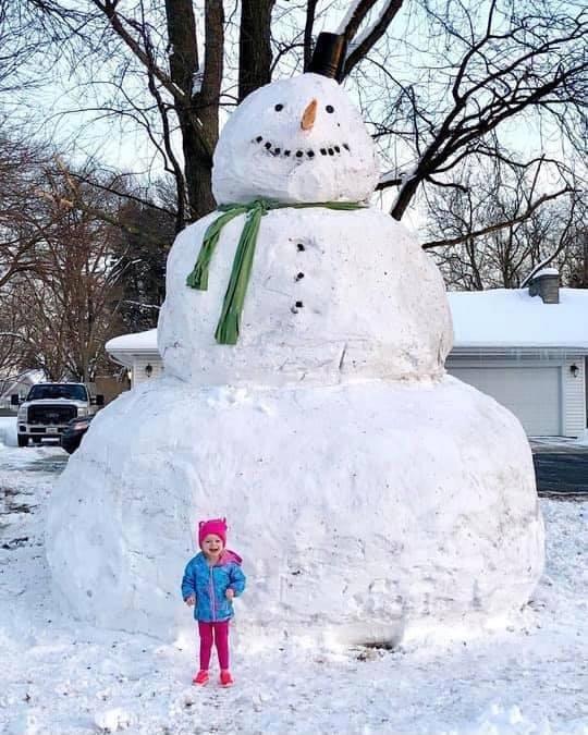 Интересного сколько народу трудилось над этим снеговиком
