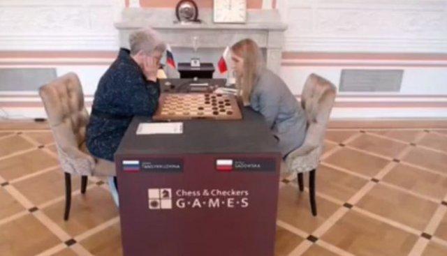 На чемпионате по шашкам со стола убрали флаг России — прямо во время встречи