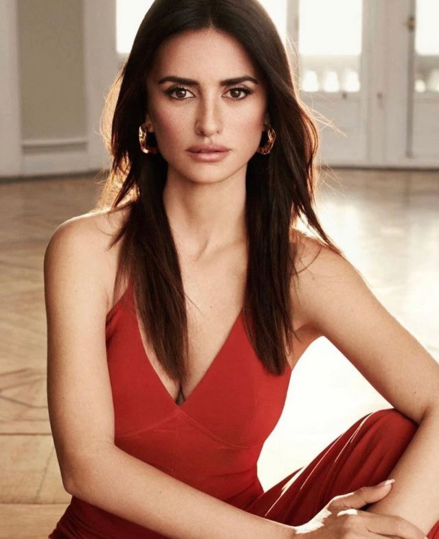 Пенелопа Крус в красном платье с декольте