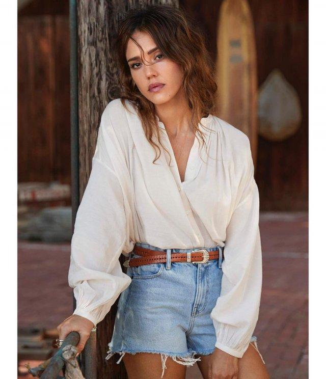 """Звезда фильма """"Город грехов"""" Джессика Альба в белой рубашке и джинсах"""