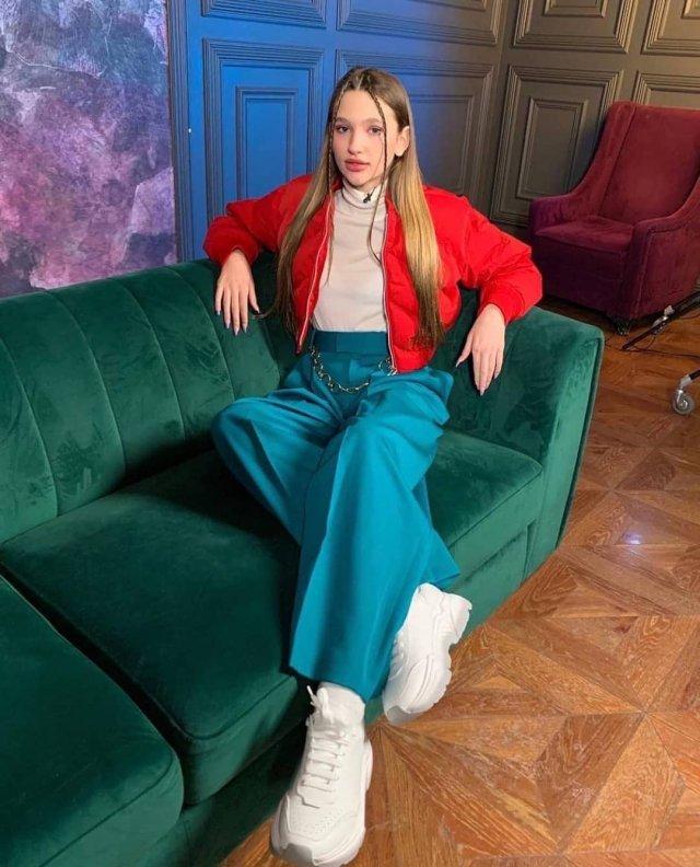 Лиза Анохина - новая звезда TikTok в красной куртке