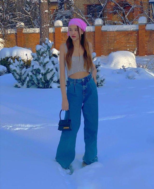 Лиза Анохина - новая звезда TikTok в джинсах и кофте