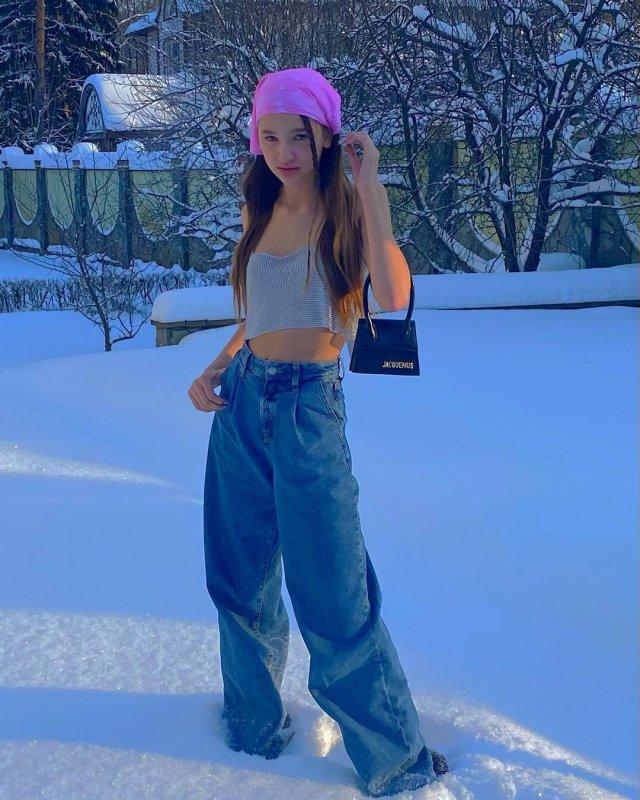 Лиза Анохина - новая звезда TikTok в джинсх и топе н снегу