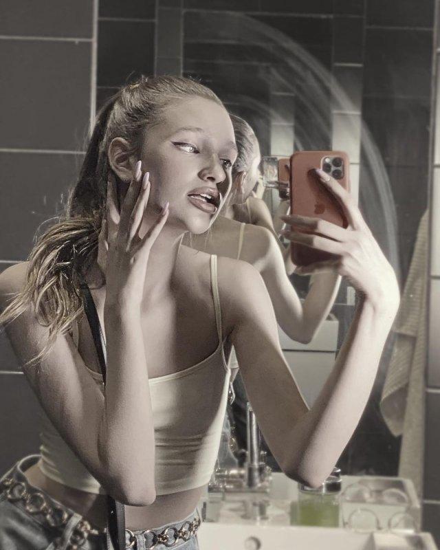 Лиза Анохина - новая звезда TikTok в желтой майке в зеркале