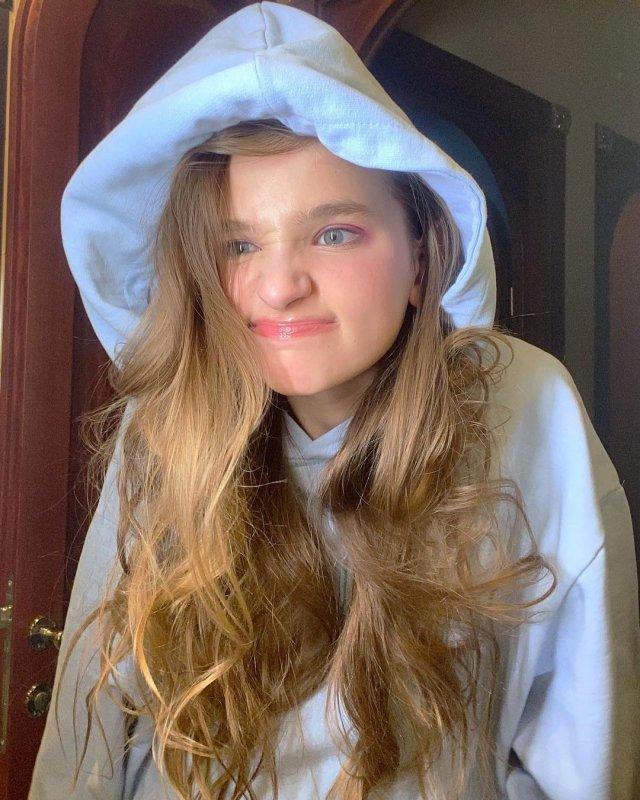 Лиза Анохина - новая звезда TikTok в синей кофте