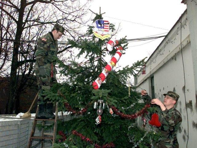 Американские солдаты наряжают ёлку в Боснии, 1996-1998 гг.