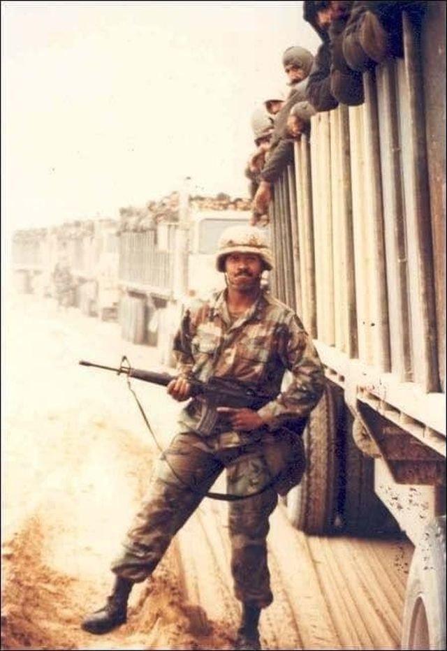 Нацгвардеец США и колонна грузовиков с пленными иракцами. Кувейт, февраль 1991 год.