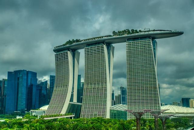 Знаменитый отель Marina Bay Sands с открытым бассейном на крыше