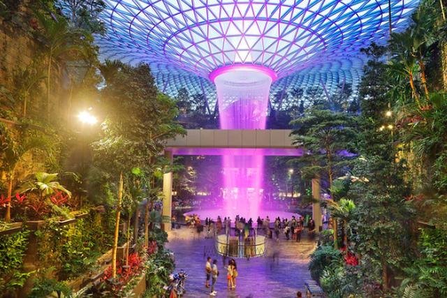 Потрясающий аэропорт Сингапура, где технологичность идеально сочетается с природой