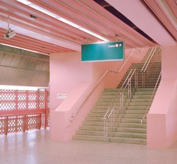 Жизнь в розовом цвете в метро