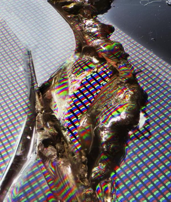 Макросъемка трещины на дисплее телефона