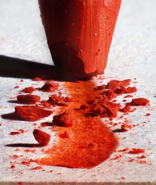 След, который оставляет за собой красный карандаш