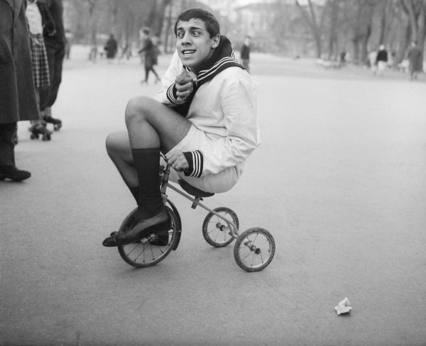 Адриано Челентано на трёхколёсном велосипеде, 1956 год