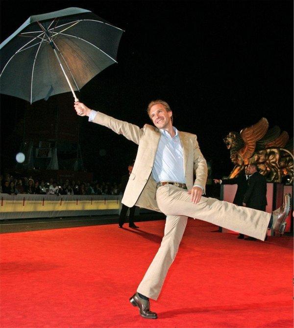 Рейф Файнс с зонтиком на красной ковровой дорожке