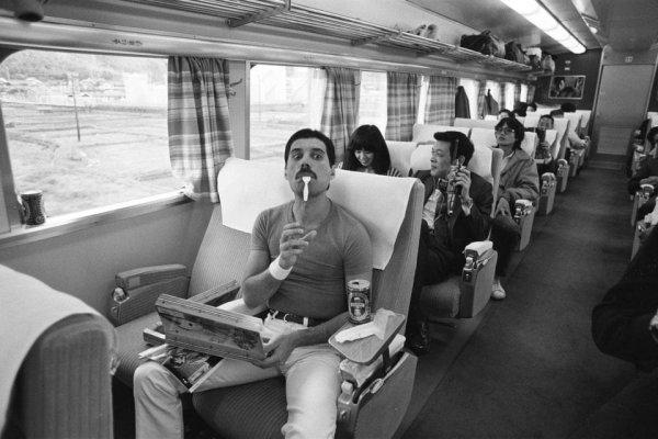 Фредди Меркьюри едет в поезде во время тура Queen по Японии