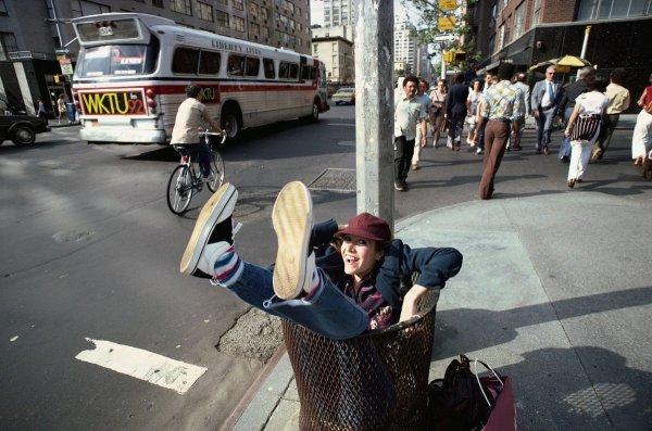 Керри Фишер позирует в мусорном ведре