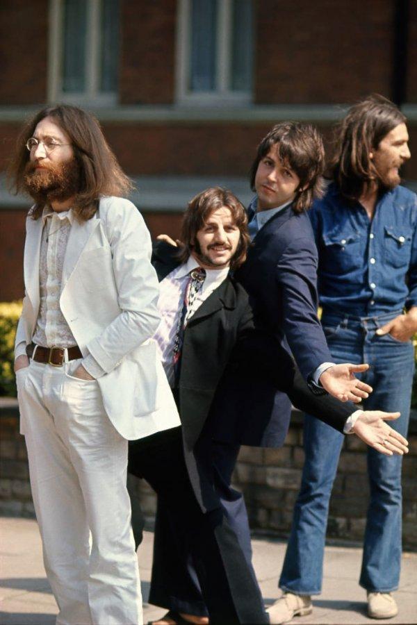 Ринго Старр и Пол Маккартни дурачатся перед тем как сделать знаменитый снимок на Abbey Road, 1969 год