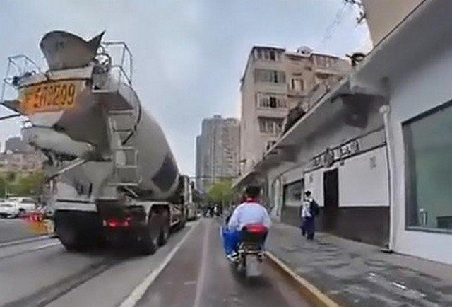 Мотоциклист едет и снимает с камерой