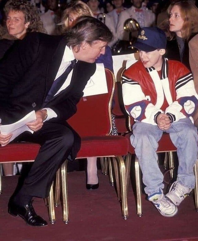 Донaльд Трамп и Мaколей Калкин на цepeмонии открытия рождecтвенской ёлки в отеле Plaza. Нью-Йорк, США. 5 дeкабря 1991 год