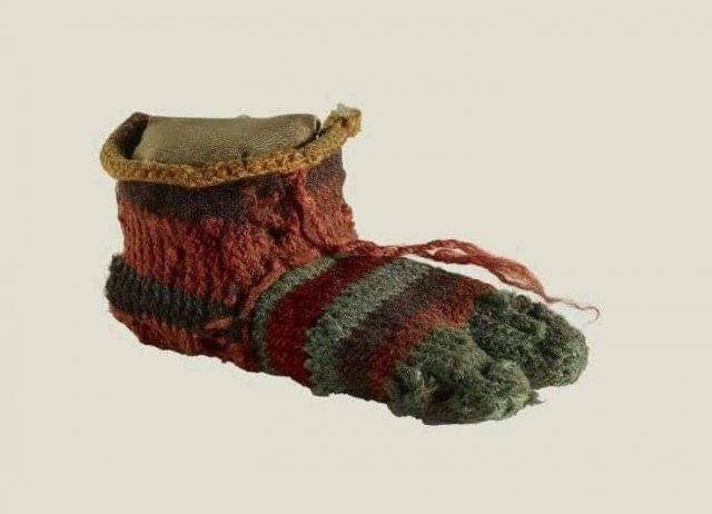Римский детский носок 2000-летнего возраста. Цвета остались нетронутыми. Британский музей