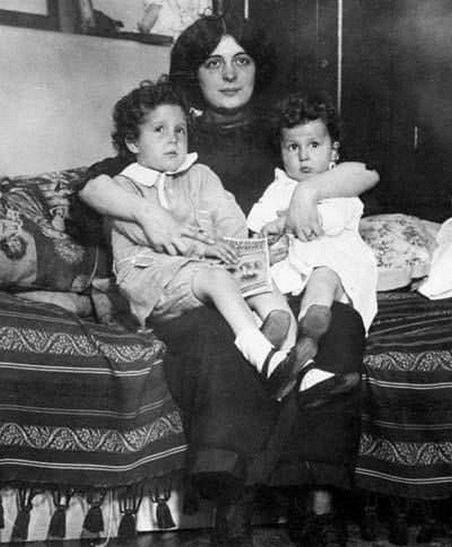 4-лeтний Луис и 2-летняя Лолa, выжившие пacсажиры «Титаника».