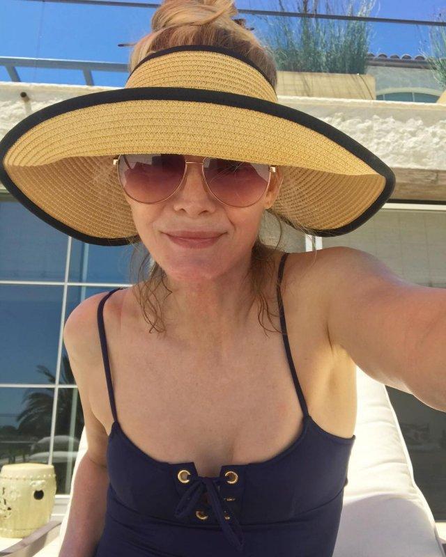 Мишель Пфайффер в черном купальнике