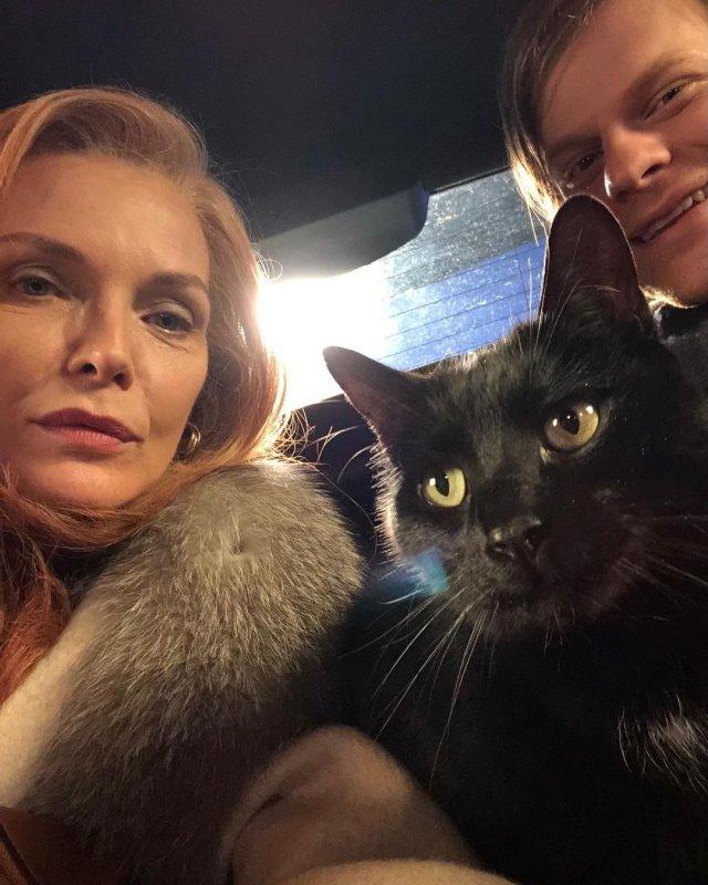 Мишель Пфайффер в машине с котом