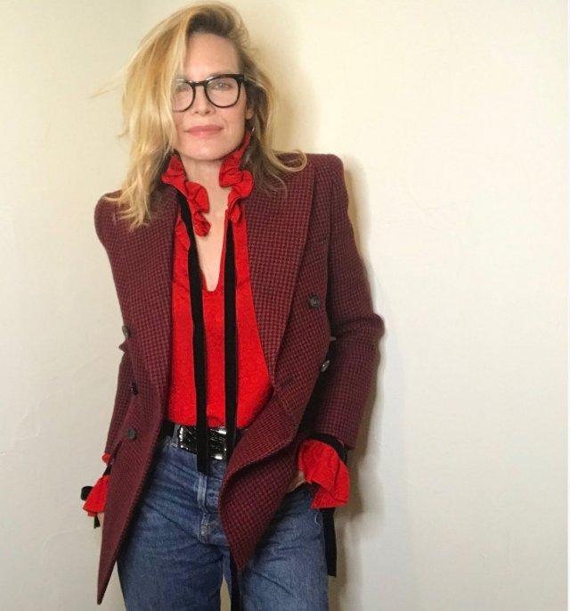 Мишель Пфайффер в красной кофте и бардовом пиджаке