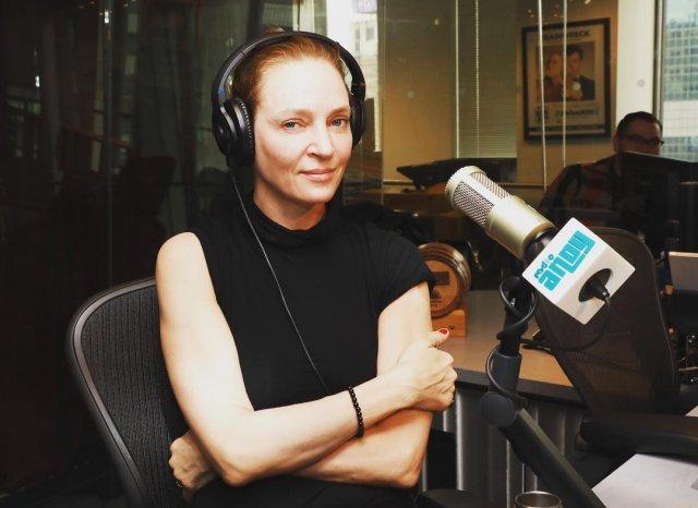 Ума Турман дает интервью на радио