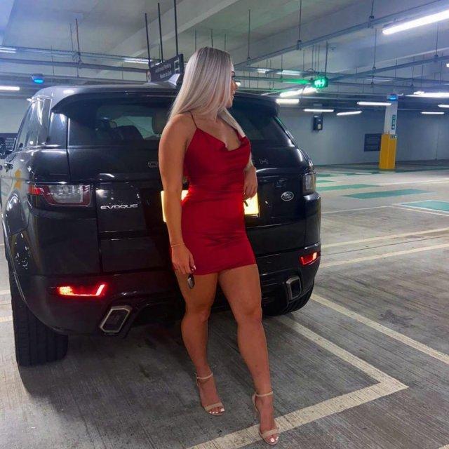 Английская футболистка Мадлен Райт в красном платье
