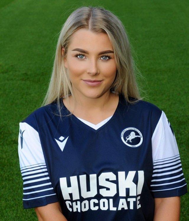 Английская футболистка Мадлен Райт в футболке команды