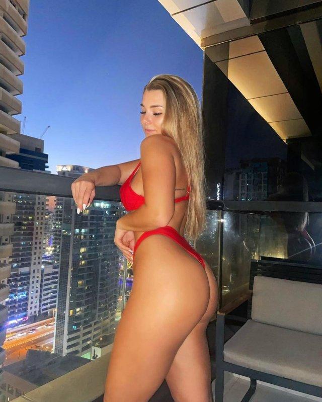 Английская футболистка Мадлен Райт в красном купальнике