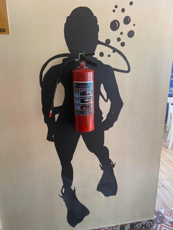 Ресторан нашёл решение, как красиво вписать огнетушитель в интерьер