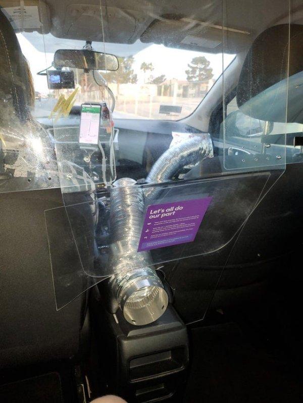Такси, в котором соблюдаются меры предосторожности и пассажир получает воздух из кондиционера
