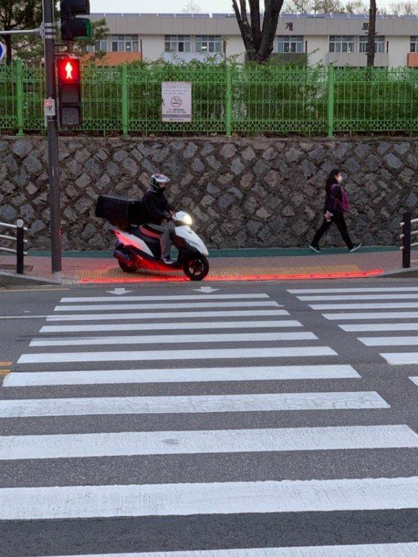Сигнал светофора дублируется на земле, чтобы его могли видеть даже те, кто уткнулся в телефон