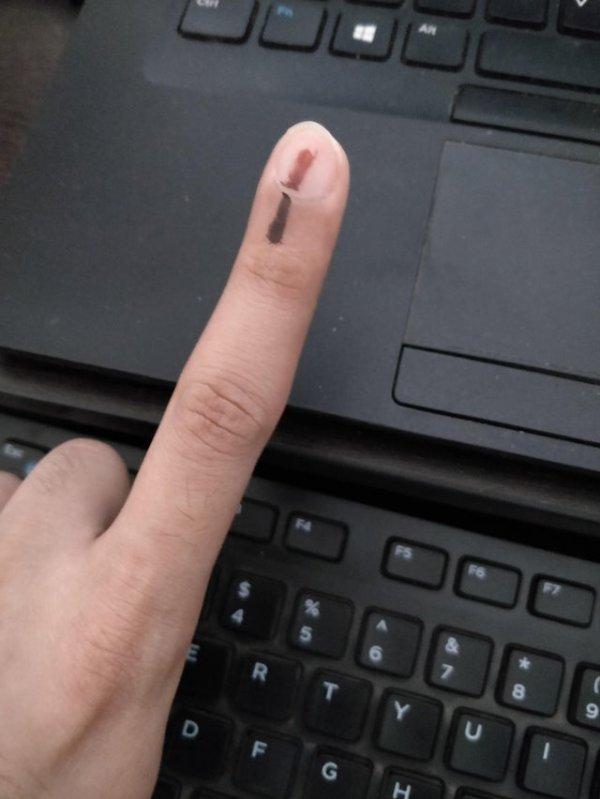 Избирателей на выборах в Индии помечают специальной стойкой краской, чтобы они не смогли голосовать повторно