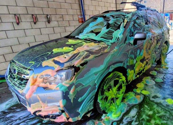 Разноцветное средство для мытья машин, которое превращает мойку в процесс создания шедевра